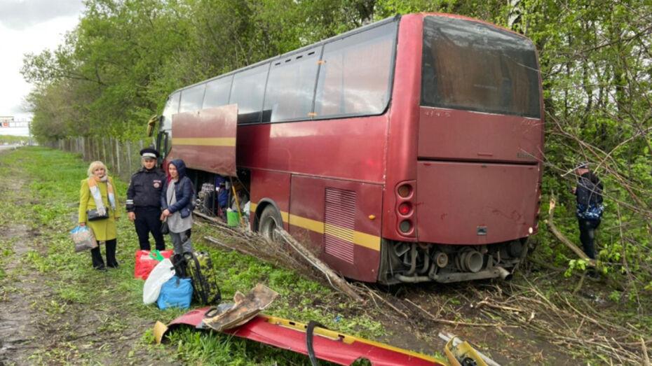 Порыв ветра сдул рейсовый автобус с трассы М-4 в Воронежской области