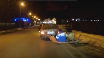В Воронежской области экстремалы прокатились на привязанной к машине крыше другого авто