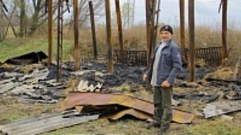 В семилукском селе из-за поджогов сгорели сараи с сеном
