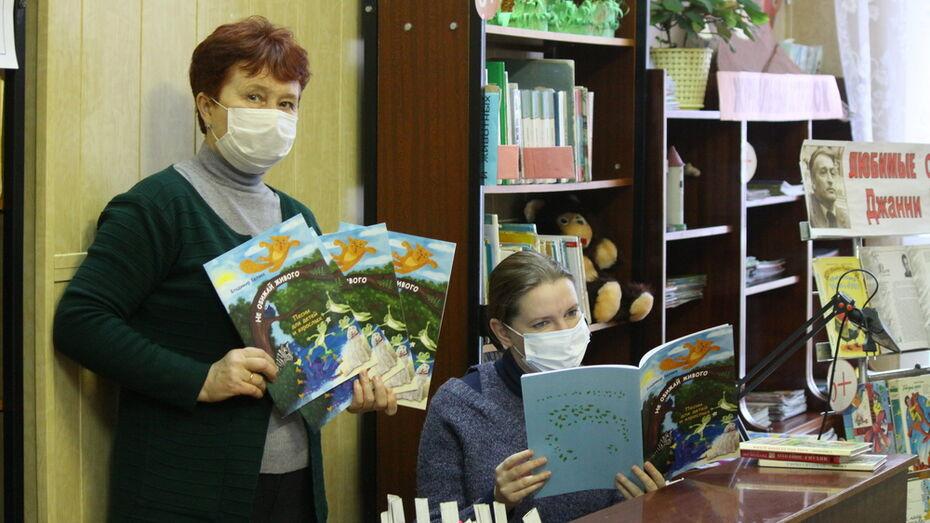 Московский композитор подарил Аннинской библиотеке свои нотные сборники