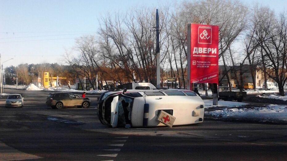 В Воронеже «скорая помощь» перевернулась после столкновения с BMW