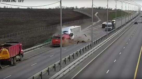 Появилось видео смертельной аварии со слетевшей с трассы фурой в Воронежской области