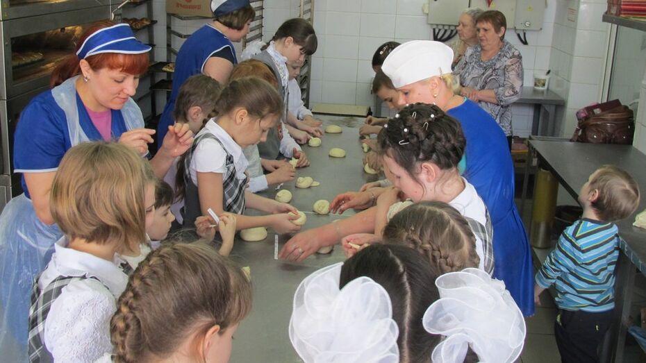 Павловские школьники научились печь жаворонков