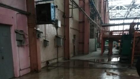 Фонтан в цеху воронежского авиазавода забил из-за переполненной ливневки