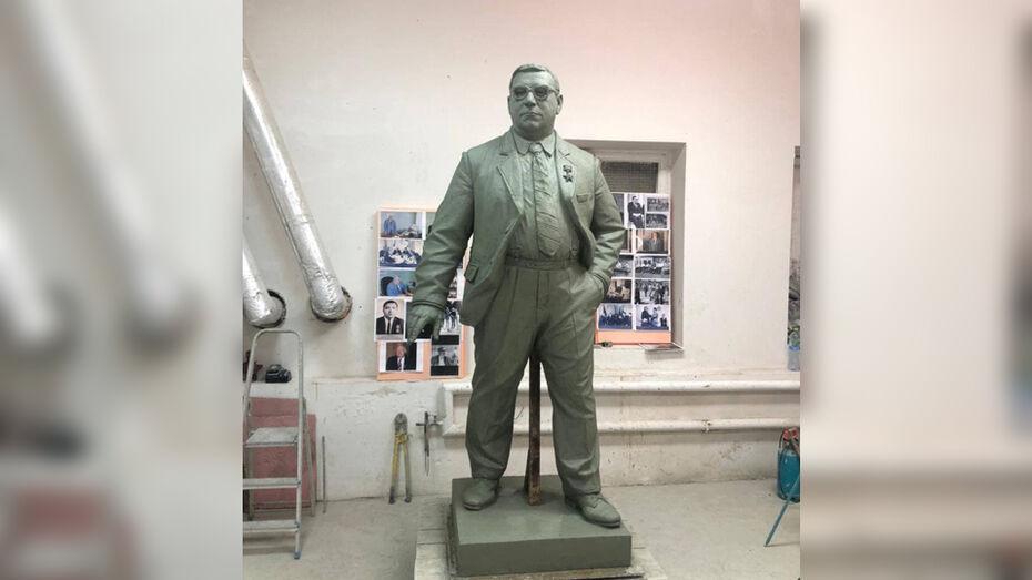 Показали памятник легендарному руководителю «Воронежсинтезкаучука»