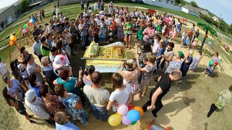 В Воронежской области активисты отпраздновали открытие детской площадки тортом в 75 кг