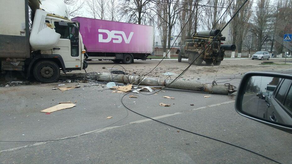 В Воронеже грузовик Volvo сбил световую опору