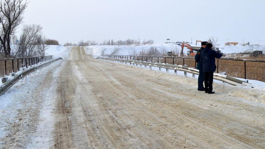 В Воронежской области после обрушения моста через реку Савала открыли временную переправу