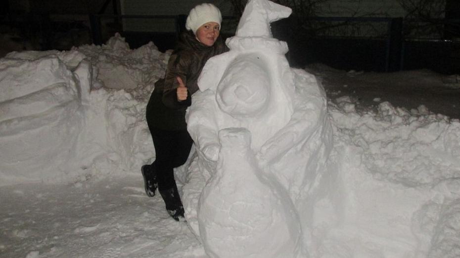 Воспитатель из Терновского района создает скульптуры из снега