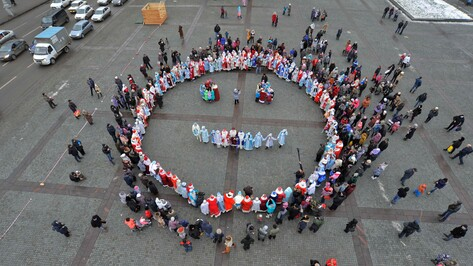 На параде Дедов Морозов и Снегурочек в Воронеже устроили фотосессию с высоты птичьего полета