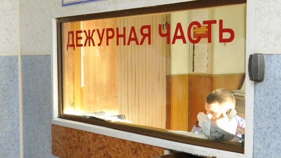 В Воронеже грабитель пригрозил парню ножом и кирпичом