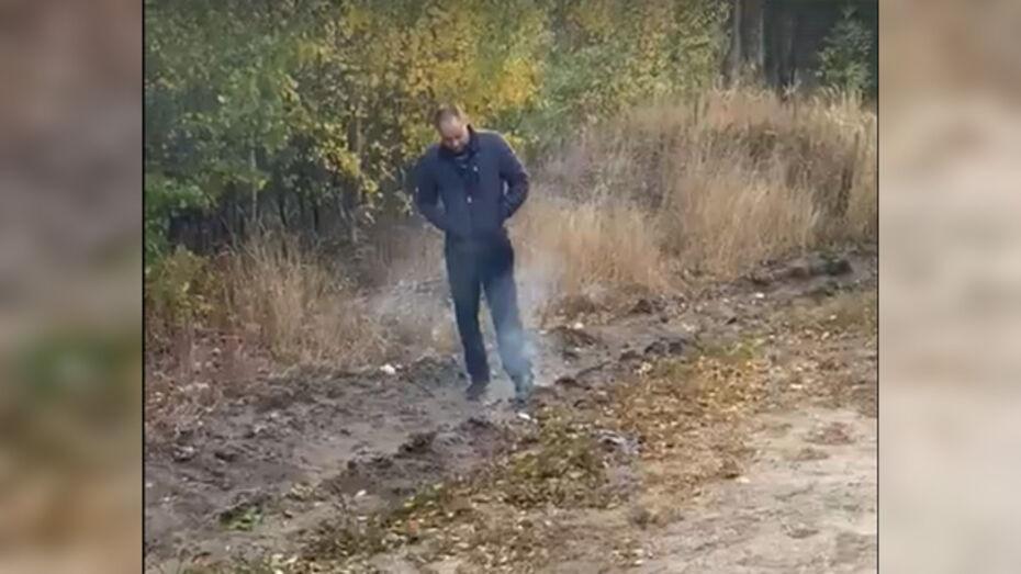 Полиция проверяет видео с мужчиной, поджигавшим траву под Воронежем