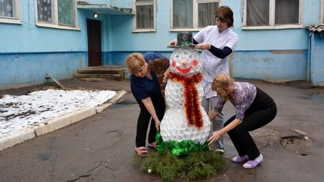 В Россоши снеговика сделали из пластиковых стаканов