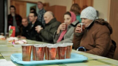 Волонтеры поздравили воронежских бездомных с 23 февраля зефиром и песнями