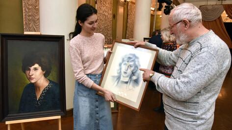 В фойе воронежского Оперного начали выставлять картины