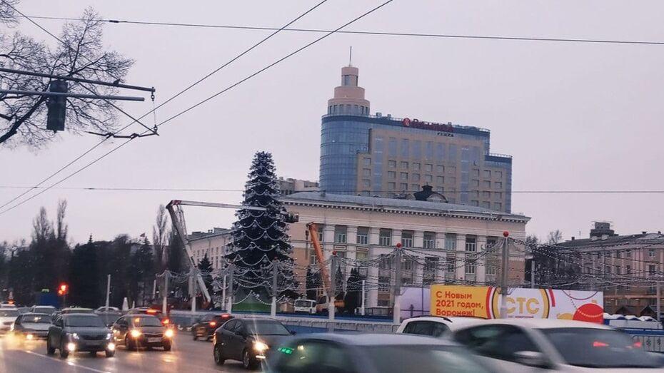 Демонтаж новогодней елки начали на площади Ленина в Воронеже