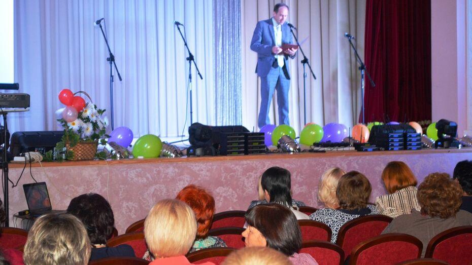 В Нижнедевицком районе наградили учителей