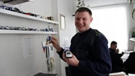 Сотрудник Новоусманской ГИБДД собирает точные копии служебных машин автоинспекторов