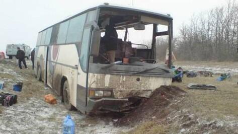 Автобус и грузовик столкнулись на трассе М4 в Воронежской области: трое пострадавших