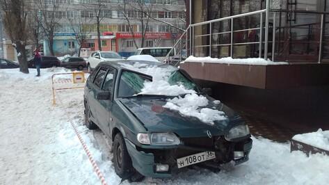 В Воронеже глыба льда помяла крышу и разбила стекло «ВАЗа»
