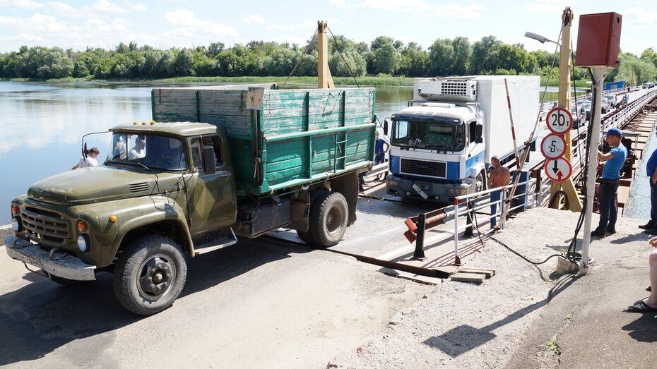 В Богучарском районе из-за сломанного грузовика в пробке застряли более 100 машин