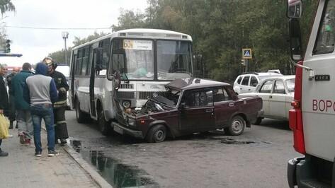 В Воронеже маршрутка влетела в «ВАЗ»: пострадал автомобилист