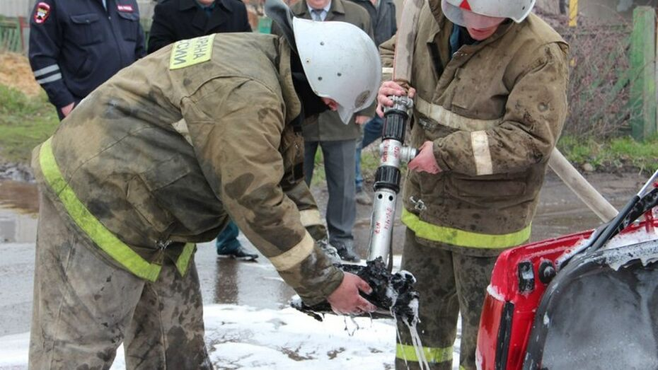 В Воронеже спасатели потушили загоревшийся Lexus