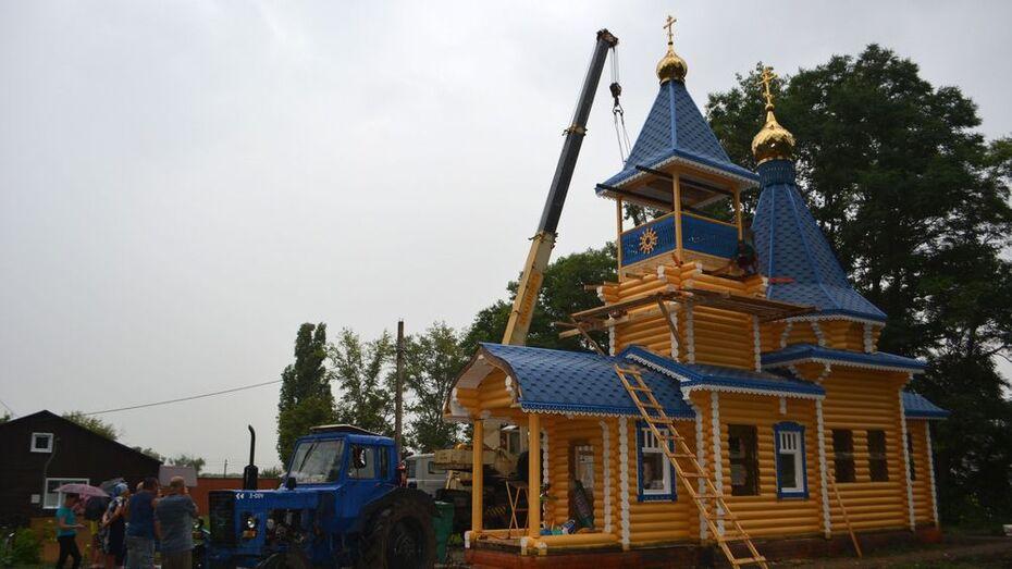 На храме в воробьевском селе Затон установили купол с крестом и колокол