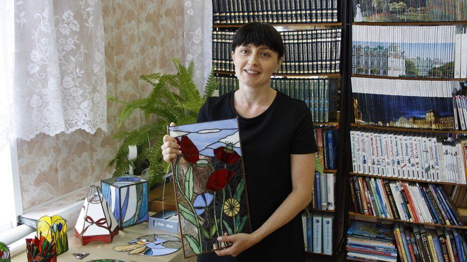 В Аннинской библиотеке открыли выставку витражей