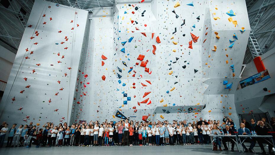В воронежском спортцентре открылся первый в России передвижной скалодром международного уровня