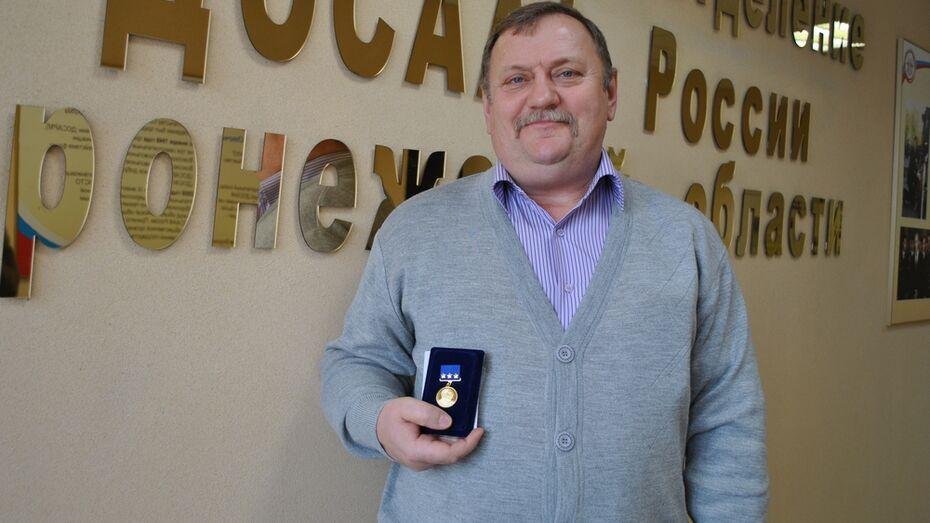 Семилукского инструктора по вождению наградили медалью ДОСААФ