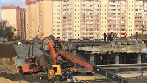 Очевидцы: в Воронеже на улице 9 Января упал строительный кран