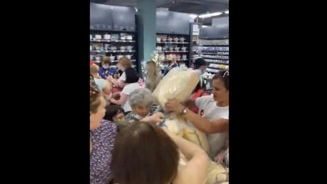 Воронежцы устроили давку на открытии магазина из-за подушек по 49 рублей
