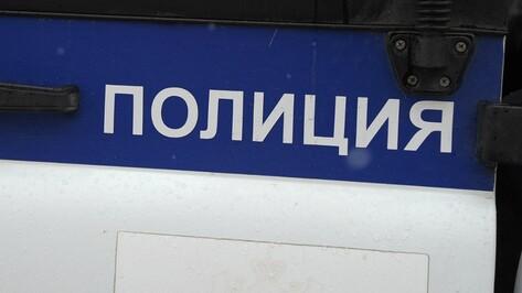 В центре Воронежа Peugeot врезалась в школу: иномарка загорелась