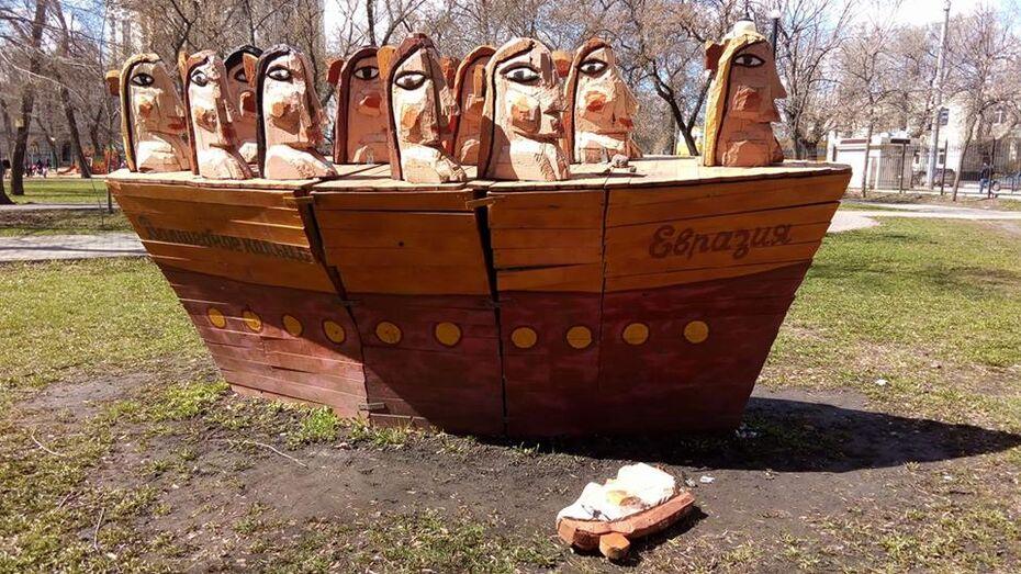 В воронежском парке неизвестные сломали деревянную скульптуру художника Сергея Горшкова