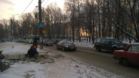 Мэрия Воронежа прокомментировала укладку тротуара в снег на Ломоносова