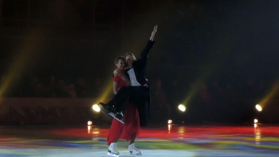 В Воронеже фигуристка Оксана Домнина носила на руках конькобежца Ивана Скобрева