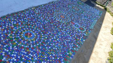Жительница Новоусманского района выложила дорожки в своем дворе крышками от пластиковых бутылок