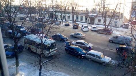 Массовое ДТП с маршруткой спровоцировало пробку в центре Воронежа