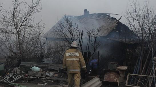 Ландшафтный пожар вспыхнул рядом с жилыми домами в Боброве