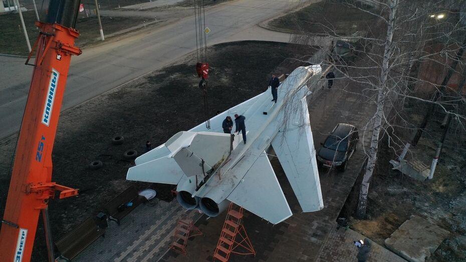 Бомбардировщик Су-24М установили в музее под открытым небом в Новой Усмани