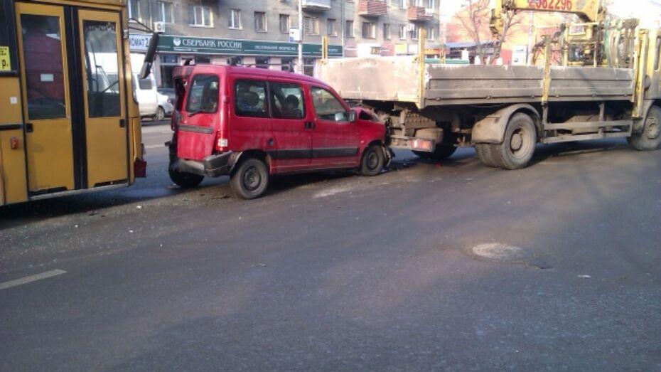 В сети появилось видео аварии с участием пассажирского автобуса в Воронеже