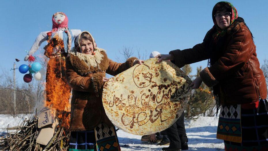 На российско-украинской границе испекли гигантский масленичный блин