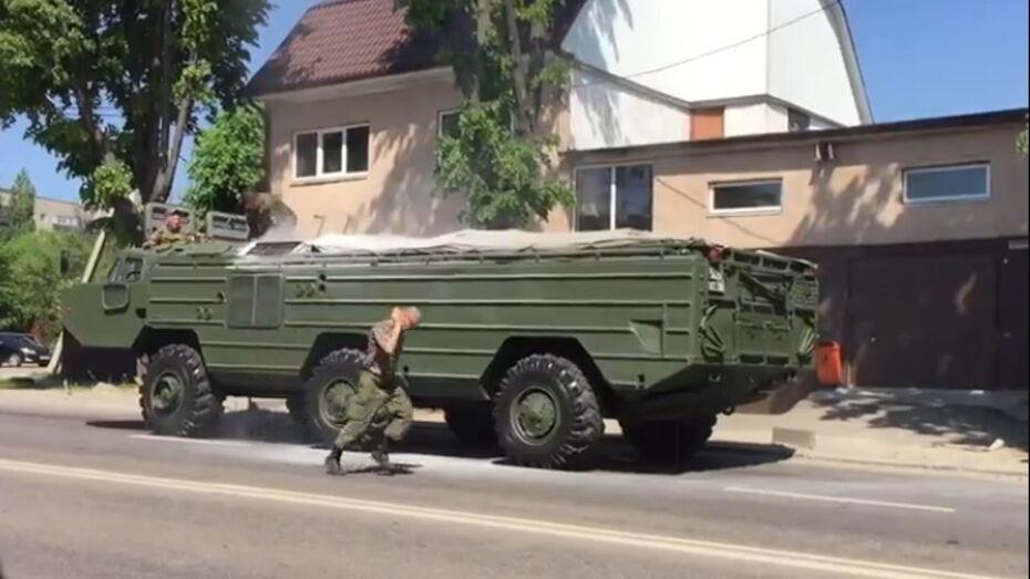 В Воронеже загоревшаяся военная машина спровоцировала пробку на улице Грамши