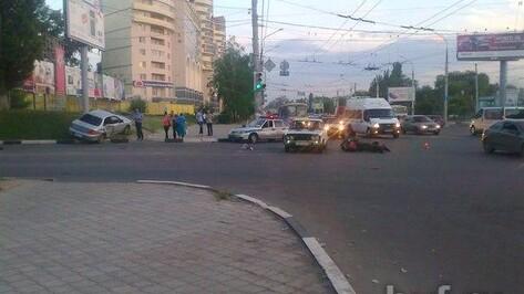 На перекрестке Ленинского проспекта и Брусилова мотоцикл протаранил иномарку