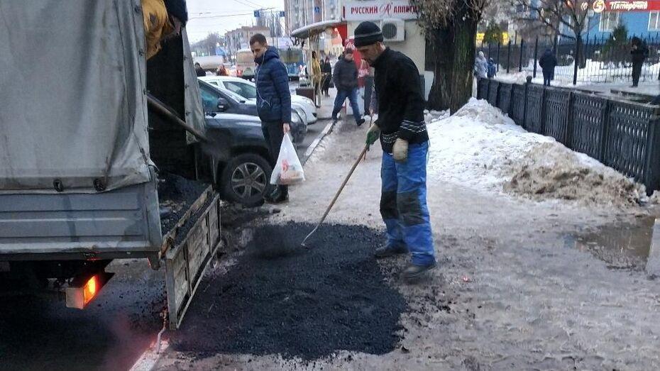 Воронежец сфотографировал укладку асфальтового среза в слякоть