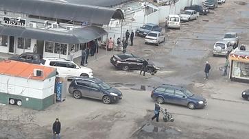 В воронежском микрорайоне ВАИ Nissan провалился в яму в асфальте