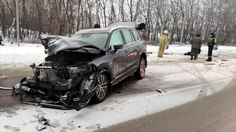 В лобовом ДТП на трассе в Воронежской области погибла девушка и пострадали 3 человека