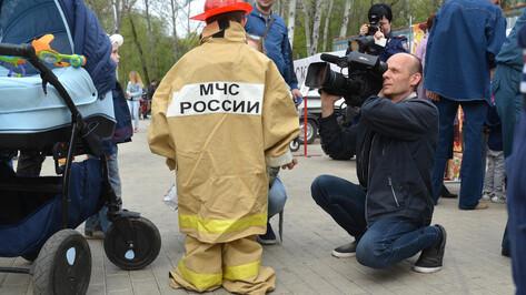 В Центральном парке Воронежа дети примерили форму пожарных и покатались на собаках