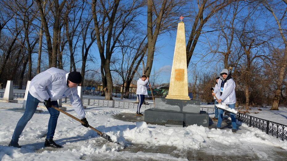 Волонтеры из Воронежа помогли поворинцам в расчистке дворов и улиц